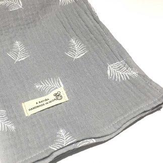muselina bebe gris estampado hojas de palma detalle