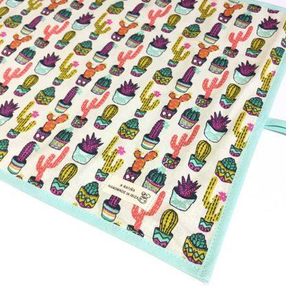 pizarra enrollable abierta con estampado de cactus de colores