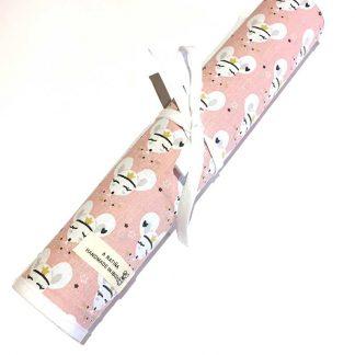 pizarra enrollable con estampado de ratitas sobre fondo rosa